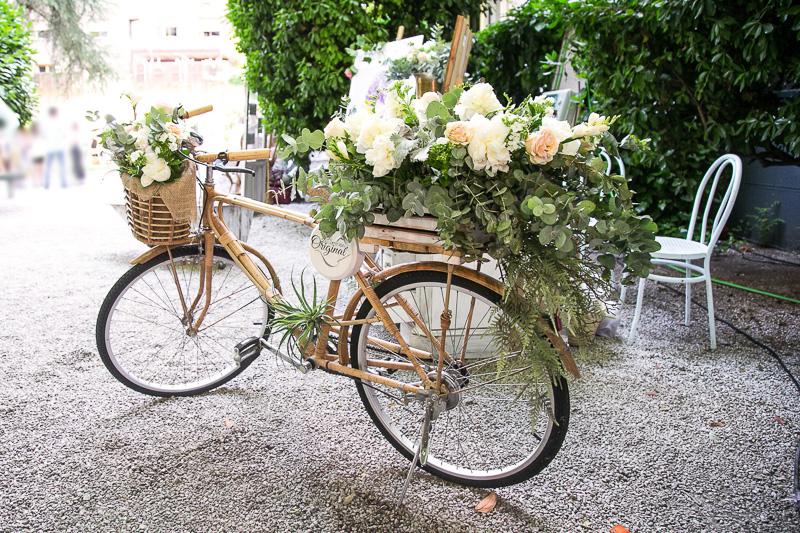 Bicicleta de bambú con flores