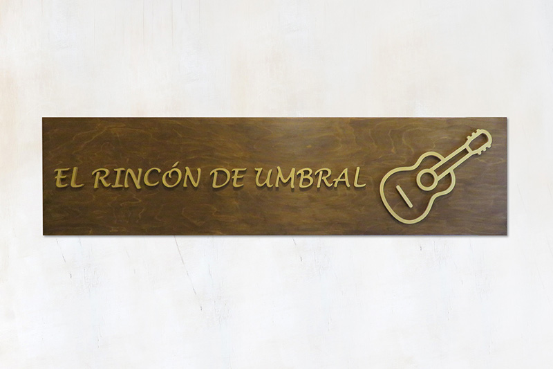 cartel para exterior de madera