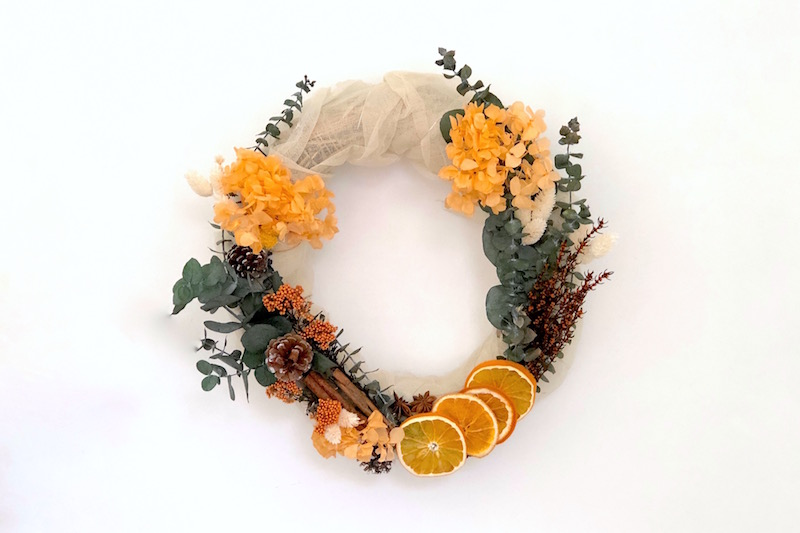 corona navideña con naranjas