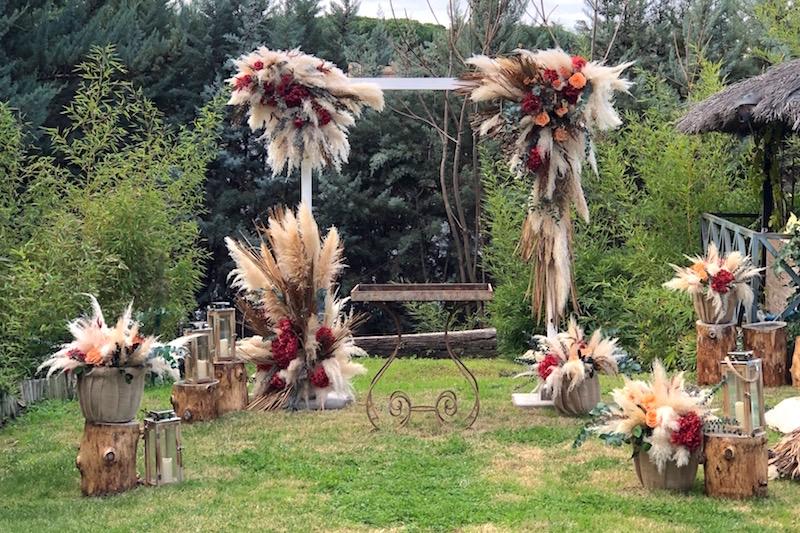 decoración boda con plumeros