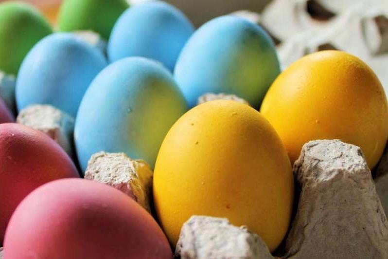 Huevos de Pascua decorados con tintes naturales