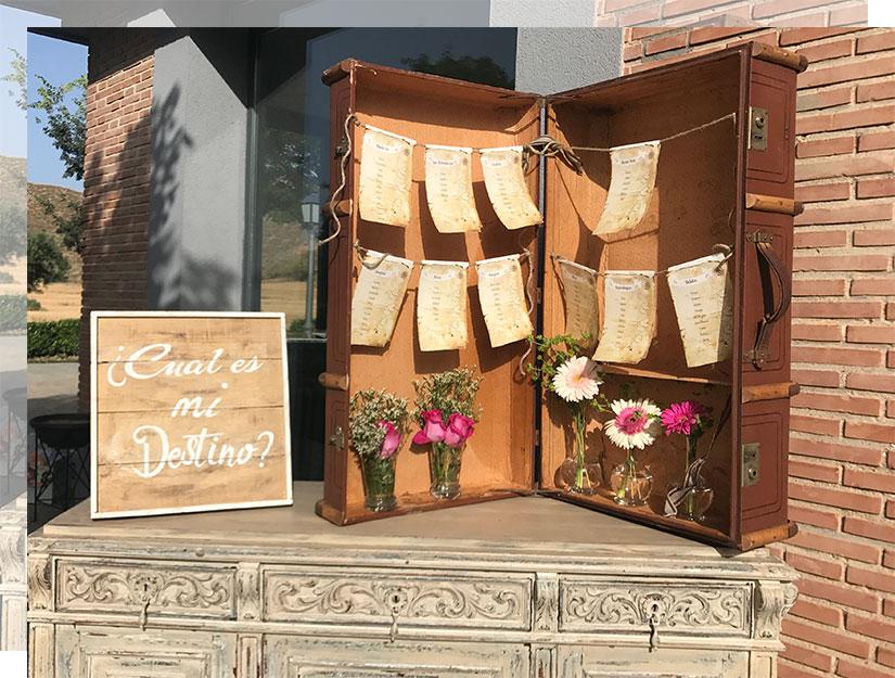 Maletas antiguas y señales viajeras en tu boda