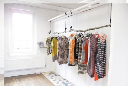 Las 10 mejores ideas para decorar tu tienda - Perchero de pared original ...