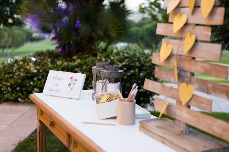Una mesa de firmas en tu evento