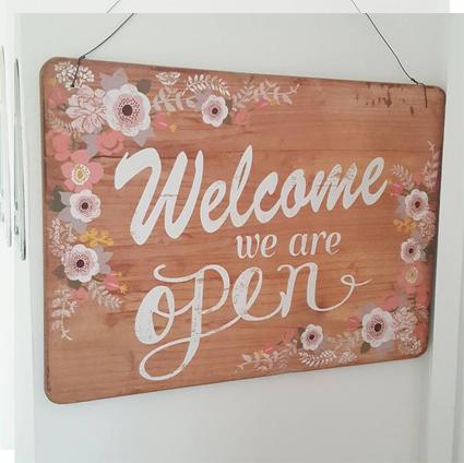 Carteles de bienvenida welcome open flores madera